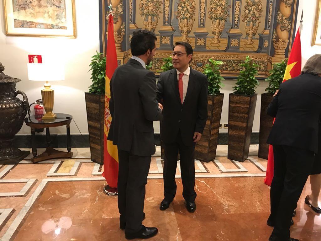 foto embajador chino saludando a d. juan jose sanchez puig