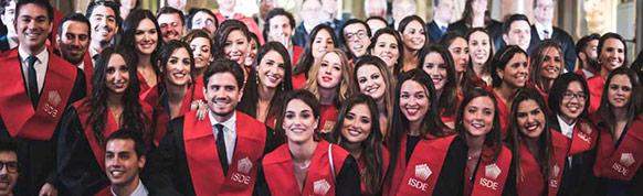Grupo de estudiantes de ISDE durante un acto de graduación, master abogacía.
