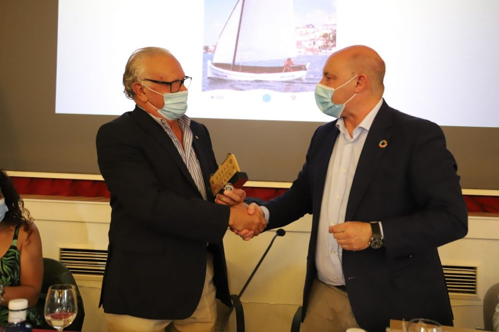 El autor D. Ramón Díaz-Canel Monteavaro. y D. Francisco Vinjoy Valea, alcalde de Castropol.